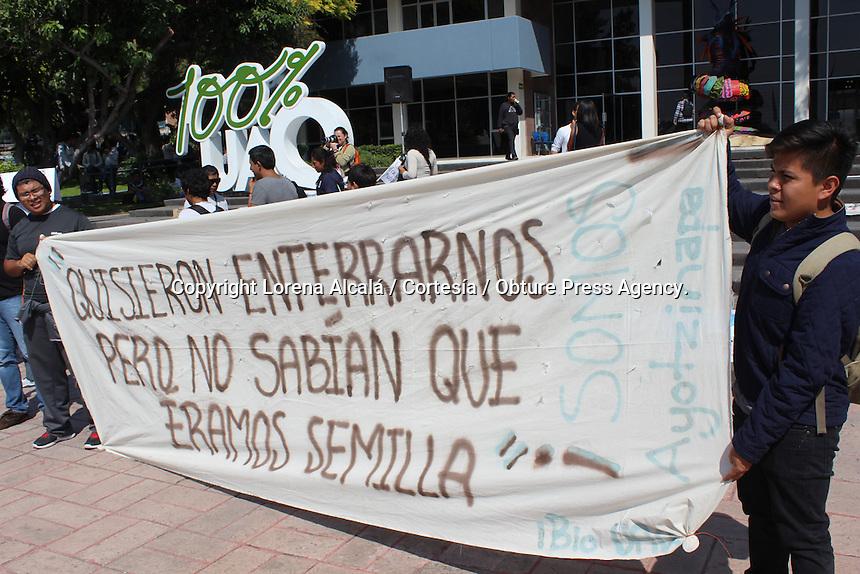Quer&eacute;taro, Qro. 06 de noviembre de 2014.- Estudiantes de la UPN, UAQ, ITQ, UTEQ realizaron una kilom&eacute;trica marcha desde  el centro universitario de la UAQ hasta las calles del centro hist&oacute;rico, donde tomaron dos plazas para manifestar su inconformidad por la desaparici&oacute;n de los alumnos normalistas de Ayotzinapa.<br /> <br /> Durante la mega marcha se encontraron en la esquina de Ezequiel Montes y A. Balvanera con soldados de la XVII Zona Militar a quienes les dirigieron algunos gritos de la protesta. Los uniformados solo observaron y continuaron su camino al pasar la marcha.<br /> <br /> Foto. Cortes&iacute;a:  Lorena Alcal&aacute; / Prensa UAQ / Obture.