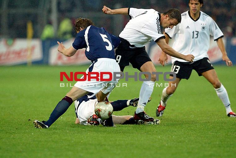 EM Qualifikation <br /> Deutschland vs Schottland<br /> Fredi Bobic gegen Steven Pressley<br /> Foto &copy; nordphoto <br /> <br />  *** Local Caption *** Foto ist honorarpflichtig! zzgl. gesetzl. MwSt.<br />  Belegexemplar erforderlich<br /> Adresse: nordphoto<br /> Georg-Reinke-Strasse 1<br /> 49377 Vechta
