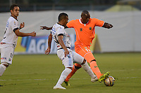ENVIGADO -COLOMBIA-09-04-2015. Yilmar Angulo (Der) de Envigado FC disputa el balón con Raul Peñaranda (Der) de Once Caldas durante partido por la fecha 14 de la Liga Águila I 2015 realizado en el Polideportivo Sur de la ciudad de Envigado./ Yilmar Angulo (R) of Envigado FC fights for the ball with Raul Peñaranda (L) of Once Caldas during match for the 14th date of the Aguila League I 2015 at Polideportivo Sur in Envigado city.  Photo: VizzorImage/León Monsalve/STR