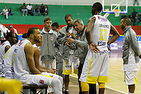 MANIZALEZ -COLOMBIA-11-05-2013.  José Dilone técnico de Búcaros da instrucciones durante partido contra Once Caldas en la fecha 14 fase II de la  Liga DirecTV de baloncesto Profesional de Colombia realizado en el Coliseo Municipal de Caldas./ Bucaros coach Jose Dilone give directions during match against Once Caldas on the 14th date phase II of  DirecTV professional basketball League in Colombia at Coliseo Municipal de Caldas. Photo: VizzorImage/Yonboni/STR