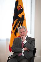 """Berlin, Bundespräsident Joachim Gauck am Freitag (31.05.13) in Schloss Bellevue in Berlin waehrend Diskussion mit Studierenden von sechs Universitäten zu seiner """"Rede zu Perspektiven der europäischen Idee vom 22. Februar. Foto: Maja Hitij/CommonLens"""