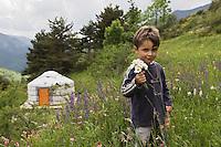 Europe/France/Provence-Alpes-Côtes d'Azur/06/Alpes-Maritimes/Alpes-Maritimes/Arrière Pays Niçois/Tende: Les Tentes autour du Monde au lieu dit : Barun-<br /> Alex cueille des fleurs [Non destiné à un usage publicitaire - Not intended for an advertising use]