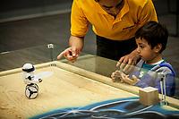 Querétaro, Qro. 27 de diciembre de 2017.- Entretenida exhibición de robots, inteligencias artificiales y drones aéreos y terrestres en la muestra Robotic Adventure, que se presenta en el Querétaro Centro de Congresos; donde el publico puede estar en contacto con los robots y manipularlos.