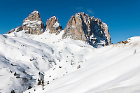 Italy, South Tyrol, Dolomites, Alto Adige - Trentino, winter scenery at Passo Sella mountain passroad with Sassolungo mountains | Italien, Suedtirol, Groednertal, oberhalb Wolkenstein, Winterlandschaft am Sellajoch vorm Langkofel (3.181 m)