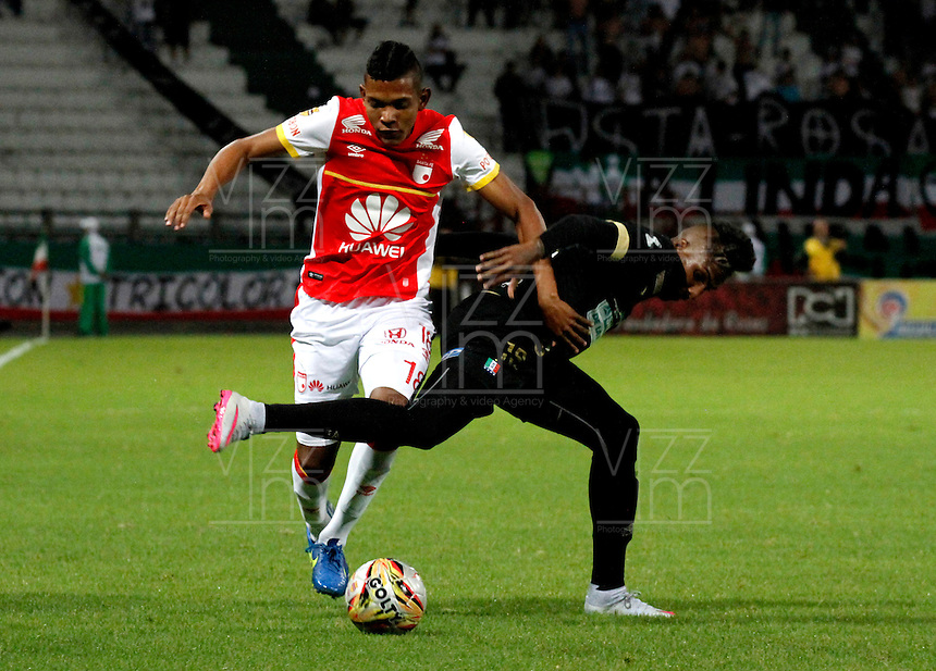 MANIZALES - COLOMBIA -30-08-2015: Johan Arango (Der.) jugador de Once Caldas, disputa el balón con Armando Vargas (Izq.) jugador de Independiente Santa Fe, durante  partido Once Caldas y Independiente Santa Fe, por la fecha 9 de la Liga de Aguila II 2015 en el estadio Palogrande en la ciudad de Manizales. / Johan Arango (R) of Once Caldas, figths the ball with Armando Vargas (L) player of Independiente Santa Fe, during a match Once Caldas and Independiente Santa Fe, for date 9 of the Liga de Aguila II 2015 at the Palogrande stadium in Manizales city. Photo: VizzorImage  / Santiago Osorio / Cont.