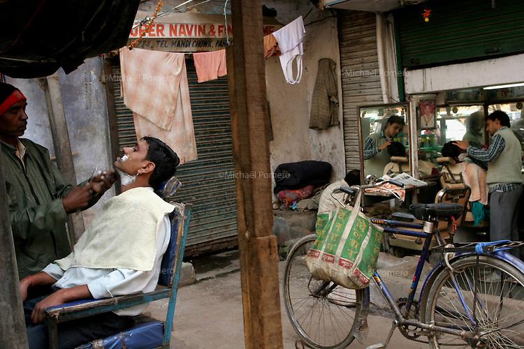 11.12.2008 Delhi(India)<br /> <br /> Barbers shaving men.<br /> <br /> Barbiers en train de raser.