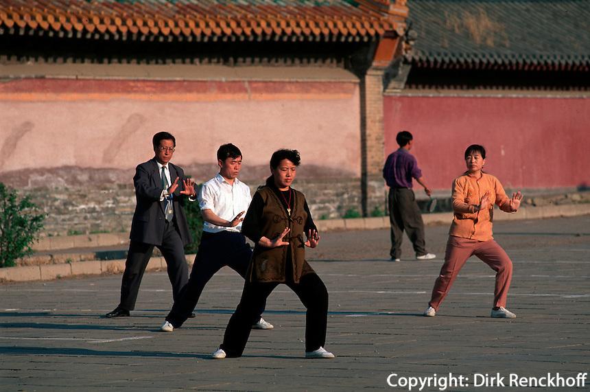 China, Chengde, Taiji Quan vor Puning Si, Unesco-Weltkulturerbe