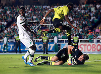CALI- COLOMBIA -22 -01-2014: Carlos Rivas (Izq.) jugador de Deportivo Cali disputa el balón con Franco Armani (Der.)y Oscar Murillo  (Cent.) jugadores del Atletico Nacional en durante partido de ida por la Super Liga 2014, jugado en el estadio Pascual Guerrero de la ciudad de Cali. / Carlos Rivas (L) player of Deportivo Cali vies for the ball with Franco Armani (R) and Oscar Murillo (C) players of Atletico Nacional during a match for the first leg of the Super Liga 2014 at the Pascual Guerrero Stadium in Cali city. Photo: VizzorImage  / Juan C Quintero / Str.