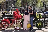 Nederland - Amsterdam - 2019.  Toeristen poseren bij de fietsen van de Flowerbikeman.   Foto mag niet in negatieve / schadelijke context gepubliceerd worden.  Foto Berlinda van Dam Hollandse Hoogte