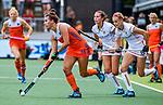 Den Bosch  - Frederique Matla (Ned) passeert Anne-Sophie Weyns (Belgie) en Lien Hillewaert (Belgie)    tijdens  de Pro League hockeywedstrijd dames, Nederland-Belgie (2-0).    COPYRIGHT KOEN SUYK