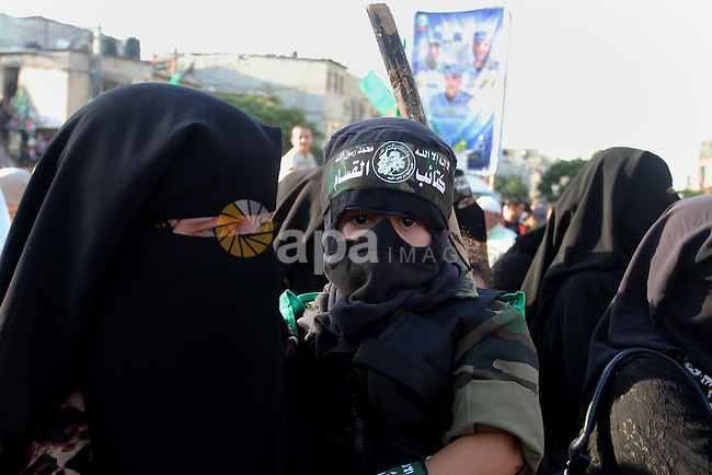 Palestinians supporting Hamas chant slogans during an anti-Israel military parade staged by members of al-Qassam Brigades, the armed wing of the Hamas movement, in Rafah in the southern Gaza Strip August 21, 2016. Photo by Abed Rahim Khatib