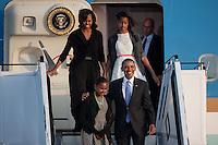 Berlin, der US-amerikanische Praesident Barack Obama und seine Tochter Sasha (vorn), seine Frau Michelle Obama und Tochter Malia am Dienstag (18.06.13) am Flughafen Tegel bei der Ankunft in Berlin vor einem Flugzeug der US-Airforce. Foto: Maja Hitij/Commonlens