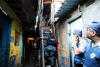 SÃO PAULO, SP - 06.02.2014 - A policia militar atraves de uma denuncia anonima encontrou em um barraco na Favela do Trilho proximo a Ponte do Jaguare, 3 cartuchos de emusão (Dinamite) uma grande quantidade de cocaina e mais 5 mil pinos para embalar cocaina.O GATE (Grupo de Ações Tatica Especiais) foi acionado pra retirada da Dinamite, uma pessoa foi presa. O caso foi levado ao 91 Dp.(Foto: Adriano Lima / Brazil Photo Press)