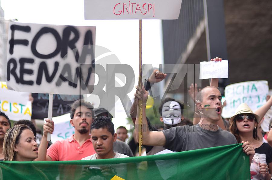 SAO PAULO, 24  DE FEVEREIRO DE 2013. - PROTESTO RENAN CALHEIROS - Grupo protesta, pelo segundo dia, contra a permanencia de Renan Calheiros na presidencia do Senado, na tarde  deste domingo, 24, na Avenida Paulista, regiao central da capital. Apos recolherem 1.600.000 assinaturas, grupo pede impeachmant do senador. (FOTO: ALEXANDRE MOREIRA / BRAZIL PHOTO PRESS)