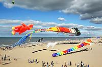 Nederland Scheveningen 2015 09 27.  Vliegerfestival in Scheveningen met in het midden de grootste vlieger ter werled ; de Trilobyte