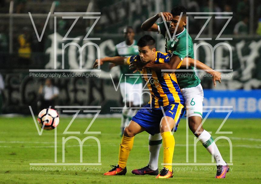PALMIRA -COLOMBIA-28-02-2017: Jeison Angulo (Der)del Deportivo Cali de Colombia disputa el balón con un jugador (Izq) de Sportivo Luqueño de Paraguay durante partido por la primera fase, llave 2, de la Copa Conmebol Sudamericana 2017 jugado en el estadio Palmaseca de la ciudad de Palmira. / Jeison Angulo (R) player of Deportivo Cali of Colombia fights for the ball with a player (L) of Sportivo Luqueño of Paraguay during match for the first phase, key 2, of the Conmebol Sudamericana Cup 2017 played at Palmaseca stadium in Palmira city.  Photo: VizzorImage/ Nelson Rios / Cont