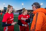 UTRECHT - keeper Alexandra Heerbaart (Ned) speelde haar eerste interland tijdens  de Pro League hockeywedstrijd wedstrijd , Nederland-China (6-0) . rechts Simon Zijp en midden keeper Anne Veenendaal (Ned)  COPYRIGHT  KOEN SUYK