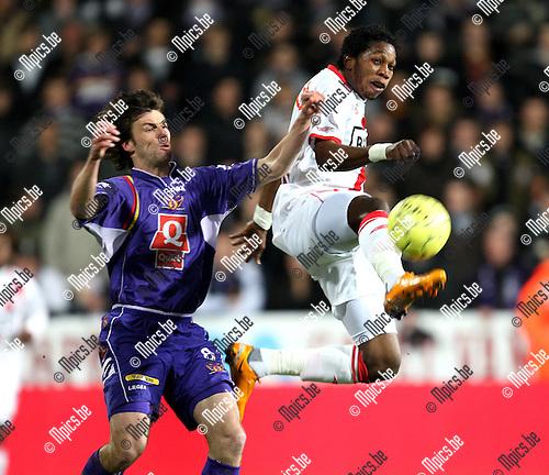 2008-03-14 / Voetbal / Germinal-Beerschot - Standard Luik/ Kris Dewree met Dieudonné Mbokani (Standard)..Foto: Maarten Straetemans (SMB)
