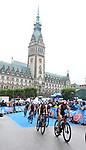 06.07.2019,  Innenstadt, Hamburg, GER, Hamburg Wasser World Triathlon, Elite Frauen, im Bild die Triathletinnen auf dem Fahrrad in der Moenckebergstrasse mit dem Rathaus im Hintergrund Foto © nordphoto / Witke *** Local Caption ***