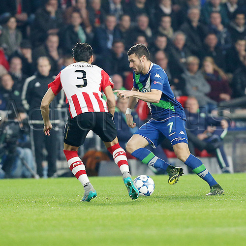03.11.2015. Eindhoven, Holland, UEFA CHampions League football. PSV Eindhoven versus Wolfsburg.   Hector Moreno (PSV) covers Daniel Caligiuri (Wolfsburg)