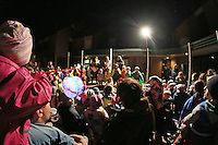 Kinder der KiTa Regenbogen beim Theaterstueck ueber die St. Martins Geschichte an der katholischen Kirche St. Nikolaus van der Flüe