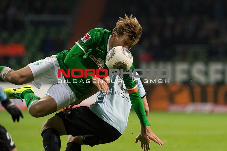 24.11.2013, Weser Stadion, Bremen, GER, 1.FBL, Werder Bremen vs 1. FSV Mainz 05, im Bild<br /> <br /> Johannes Geis (Mainz #6)<br /> Clemens Fritz (Bremen #8)<br /> <br /> Foto &not;&copy; nph / Kokenge