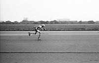Berlino, Tempelhof. Pista dell'ex aeroporto riqualificato a parco pubblico. Un uomo su rollerblades --- Berlin, Tempelhof. Runway of former airport requalified to public park. A man on rollerblades