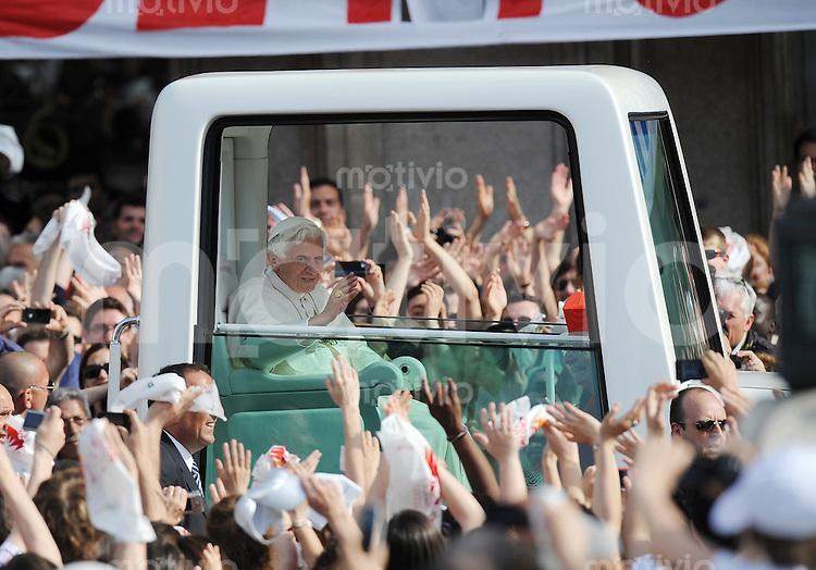 Mailand  02.06.2012 Papst Benedikt XVI im Papamobil