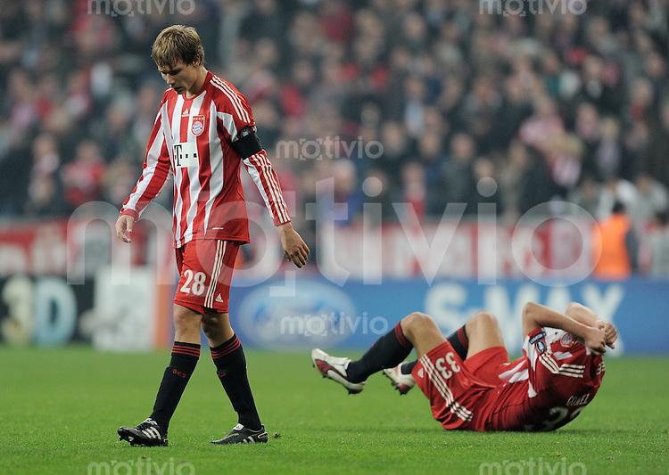 FUSSBALL   CHAMPIONS LEAGUE   SAISON 2010/2011 Achtelfinale 15.03.2011 FC Bayern Muenchen (re)- Inter Mailand Enttaeuschung FC Bayern; Holger Badstuber (li) und Mario Gomez  nach Spielende