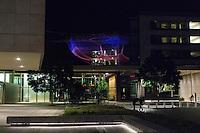 "Artist Janet Echelman's ""Impatient Optimist"" seen during night at the Bill and Melinda Gates Foundation in Seattle, Washington, USA on Wednesday, 4 June 2015. (Matt Mills McKnight for Le Monde)"