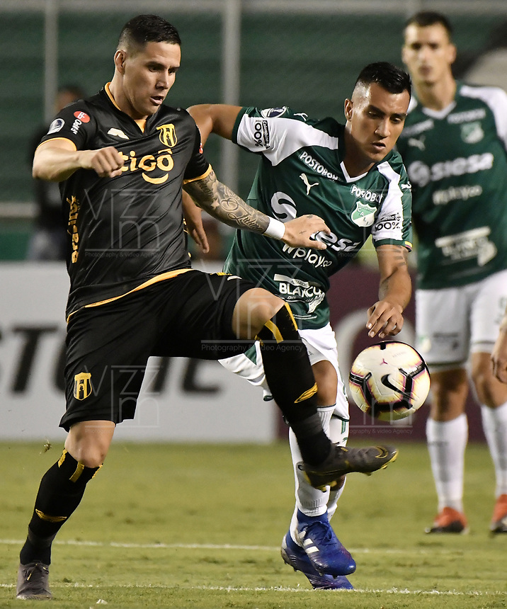PALMIRA - COLOMBIA, 04-04-2019: Christian Rivera del Cali disputa el balón con Jorge Mendoza del Guarani durante partido por la primera ronda de la Copa CONMEBOL Sudamericana 2019 entre Deportivo Cali de Colombia y Club Guaraní de Paraguay jugado en el estadio Deportivo Cali de la ciudad de Palmira. / Christian Rivera of Cali vies for the ball with Jorge Mendoza of Guarani during match for the first round as part Copa CONMEBOL Sudamericana 2019 between Deportivo Cali of Colombia and Club Guarani of Paraguay played at Deportivo Cali stadium in Palmira city.  Photo: VizzorImage / Gabriel Aponte / Staff