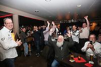 """Gute Laune und """"La Ola-Wellen"""" in der """"Bar"""" bei den Freien Wählern und ihrem Vorsitzenden Burkhard Ziegler (l.) nach der gewonnenen Wahl"""