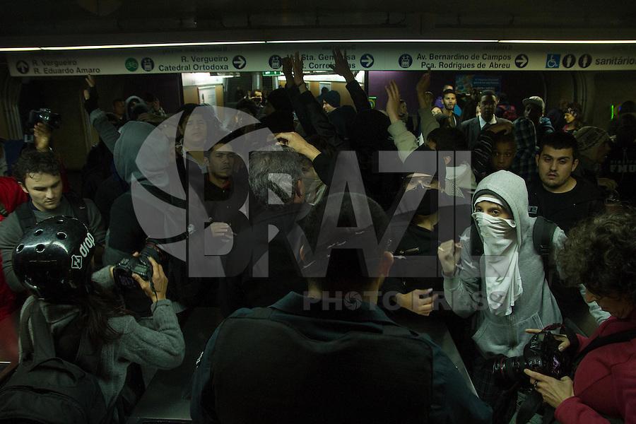 SAO PAULO, SP, 05.09.2013 - PROTESTO FORA ALCKMIN - Manifestantes realizam protesto contra o governador Geraldo Alckmin, na noite desta quinta-feira (05), em frente ao Teatro Municipal, no centro de São Paulo. (Foto: Amauri Nehn / Brazil Photo Press).