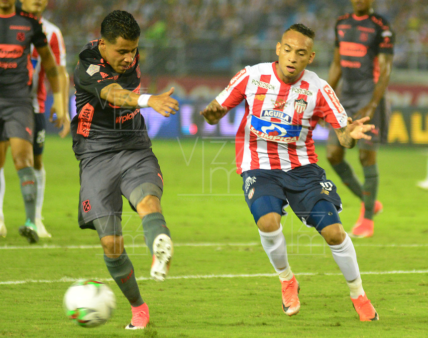 BARRANQUILLA- COLOMBIA, 8-12-2018: Jarlam Barrera  (Der.) jugador del Atlético Junior  disputa el balón con Sebastián Macias (Izq.) jugador del Independiente Medellín  durante el primer  partido de la final  de la Liga Águila II 2018 jugado en el estadio Metropolitano Roberto Meléndez de la ciudad de Barranquilla. / Jarlam Barrera (R) player of Atletico Junior  fights for the ball with Sebastia Macias  (L) player of Independiente Medellin during the first leg match Liga Aguila II 2018 played at the Metropoltano Roberto Melendez Stadium in Barranquilla  city. Photo: VizzorImage / Alfonso Cervantes / Contribuidor