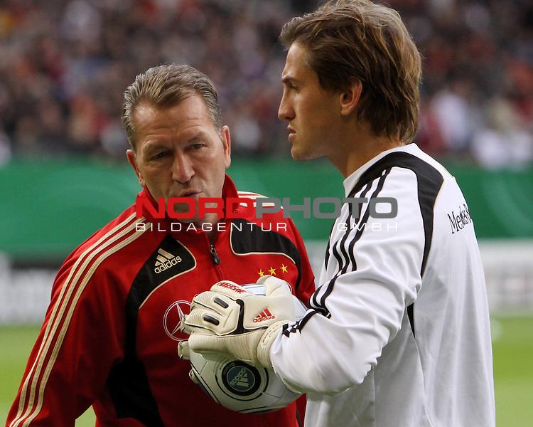 &Ouml;ffentliches Training DFB-Auswahl, 12.10.09 Hamburg<br /> <br /> <br /> Keeper Rene Adler mit Bundestorwart Trainer Andy K&ouml;pke.<br /> <br /> <br /> Foto &copy; nph (nordphoto)<br /> <br /> *** Local Caption ***