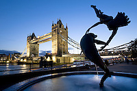 Grossbritannien, England, London: Tower Bridge, angestrahlt, letztes Tageslicht | Great Britain, England, London: Tower Bridge at dusk, illuminated