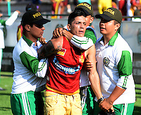 IBAGUÉ -COLOMBIA, 24-06-2015. Hichas de Deportes Tolima son controlados por la policia durante el encuentro con Atlético Huila por la fecha 10 de la Liga Aguila II 2016 jugado en el estadio Manuel Murillo Toro de la ciudad de Ibagué./ Fans of  Deportes Tolima are controlled by the policy during the match against Atletico Huila for the date 10 of the Aguila League II 2016 played at Manuel Murillo Toro stadium in Ibague city. Photo: VizzorImage / Juan Carlos Escobar / Str