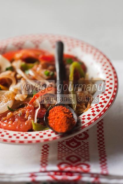 Europe/France/Aquitaine/64/Pyrénées-Atlantiques: Piperade basque   à base de tomates et du piment, tel que le piment doux du Pays basque , piment d'Espelette, liés avec des œufs brouillés, la pipérade se déguste avec du jambon de Bayonne,