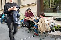 """Blindentrainer Juan Ruiz motiviert als Coach Kinder und Jugendliche mit Sehbehinderung und lehrt ihnen unter anderem mit einer einzigartigen Technik durch Klicklaute sich raeumlich zu orientieren. Der 38-Jaehrige gebuertige Mexikaner ist von Geburt an blind und hat den Grand Canyon durchwandert, Gebirge erklommen und haelt den Weltrekord im blinden Mountainbiken.<br /> Im Bild: Juan Ruiz in Berlin beim Choaching mit der 10-Jaehrigen Violet. Hier soll Violett an den Geraeuschen der vorbeigehnden Menschen erkennen, was sie machen.<br /> Die Eltern des Maedchens haben den Verein """"Anderes Sehen e.V."""" gegruendet. Ziel des Vereins ist die Durchsetzung fortschrittlicherer Foerderung blinder Kinder und besserer Voraussetzungen eines selbstbestimmten Lebens blinder Menschen.<br /> 17.5.2019, Berlin<br /> Copyright: Christian-Ditsch.de<br /> [Inhaltsveraendernde Manipulation des Fotos nur nach ausdruecklicher Genehmigung des Fotografen. Vereinbarungen ueber Abtretung von Persoenlichkeitsrechten/Model Release der abgebildeten Person/Personen liegen nicht vor. NO MODEL RELEASE! Nur fuer Redaktionelle Zwecke. Don't publish without copyright Christian-Ditsch.de, Veroeffentlichung nur mit Fotografennennung, sowie gegen Honorar, MwSt. und Beleg. Konto: I N G - D i B a, IBAN DE58500105175400192269, BIC INGDDEFFXXX, Kontakt: post@christian-ditsch.de<br /> Bei der Bearbeitung der Dateiinformationen darf die Urheberkennzeichnung in den EXIF- und  IPTC-Daten nicht entfernt werden, diese sind in digitalen Medien nach §95c UrhG rechtlich geschuetzt. Der Urhebervermerk wird gemaess §13 UrhG verlangt.]"""