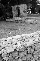 Cutrofiano (Le) - Cantine Aperte 2010 - Masseria L'Astore - Cortile con muretto a secco e costruzione rurale.