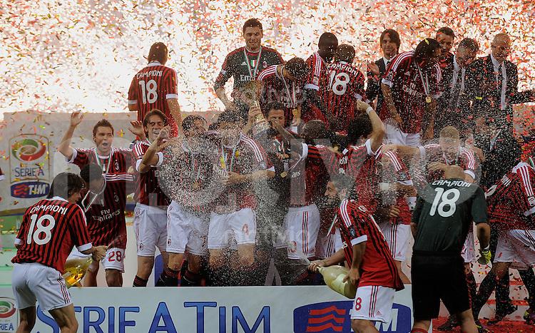 FUSSBALL INTERNATIONAL   SERIE A   SAISON 2010/2011   15.05.2011 AC Mailand ist italienischer Meister 2010/2011 Siegerehrung Teamjubel AC Mailand, Filippo Inzaghi (li) und  Gennaro Gattuso (re) bespritzen die Mannschaft mit  Champagner