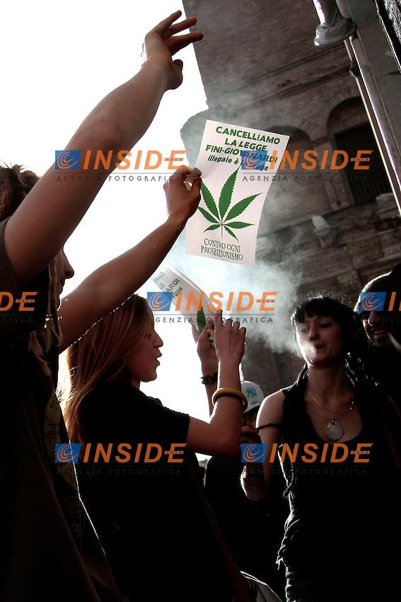 Ragazzi ballano e fumano con  in mano cartelli contro la legge Fini Giovanardi <br /> Roma 08-02-2014 Manifestazione antiproibizionista Marjuana march.<br /> Photo Samantha Zucchi Insidefoto