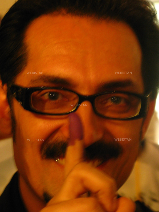 AFGHANISTAN - KABOUL - 20 aout 2009 : Bureau de vote le jour des elections presidentielles afghanes. Farhad Darya montre son doigt tache d'encre en signe du vote deja exprime. ..AFGHANISTAN - KABUL - August 20th, 2009 : Polling station the day of the Afghan presidential elections. Farhad Darya shows his ink-stained finger after casting his vote.