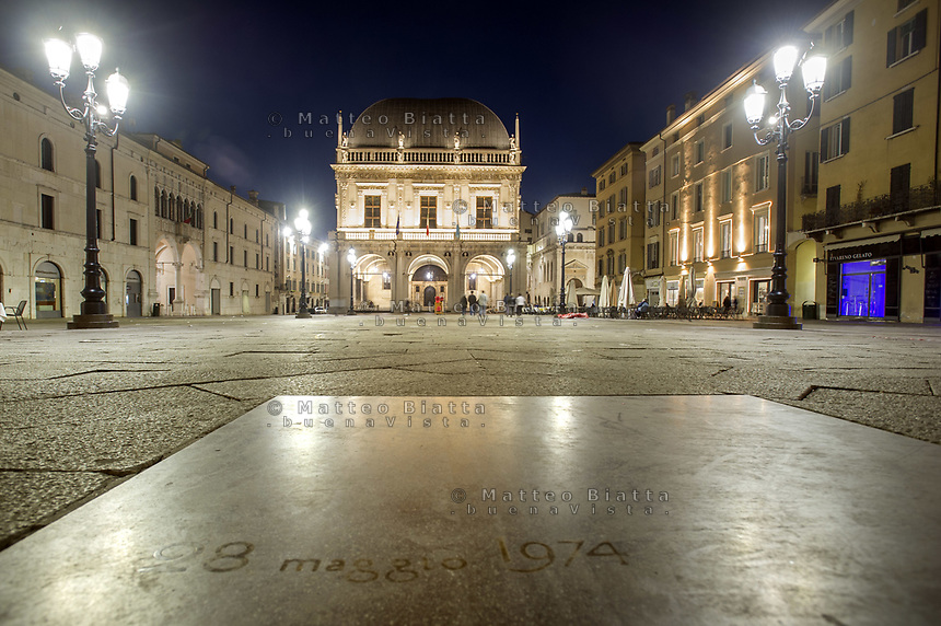 Brescia nella foto piazza Loggia con la lapide in ricordo delle vittime dell'attentato del 28 maggio 1974 geografico Brescia 12/03/2017 foto Matteo Biatta<br /> <br /> Brescia in the picture Loggia Square with the terrorist attack memorial of May 28, 1974 geographic Brescia 12/03/2017 photo by Matteo Biatta