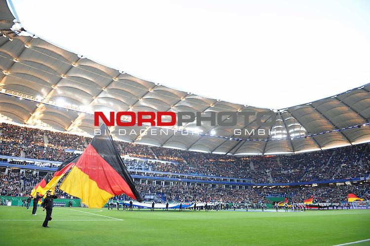 Fussball, L&auml;nderspiel, WM 2010 Qualifikation Gruppe 4  14. Spieltag<br />  Deutschland (GER) vs. Finnland ( FIN ) 1:1 ( 0:1 )<br /> <br /> Feature vor dem Spiel, Fahnenschwenker vor dem Spiel  in der Nordbank Arena<br /> <br /> Foto &copy; nph (  nordphoto  )<br />  *** Local Caption *** <br /> <br /> Fotos sind ohne vorherigen schriftliche Zustimmung ausschliesslich f&uuml;r redaktionelle Publikationszwecke zu verwenden.<br /> Auf Anfrage in hoeherer Qualitaet/Aufloesung