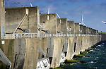 De Haringvlietdam, het zesde bouwwerk van de Deltawerken, sluit het Haringvliet af tussen Voorne-Putten (noord) en Goeree-Overflakkee (zuid), bestaat uit een spuisluizencomplex met een lengte van ongeveer een kilometer, dat per seconde circa 25.000 kubieke meter water kan doorlaten. De in 1961 opgebouwde Haringvlietdam is in totaal 5 kilometer lang, 56 meter breed, en heeft 17 sluizen van 62 meter lang zijn. COPYRIGHT TON BORSBOOM