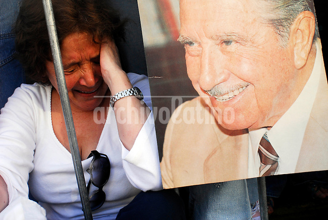 Augusto Pinochet Ugarte, muere a los 91 años de edad en el Hospital Militar de la ciudad de Santiago. Enjuiciado por violaciones a los derechos humanos no alcanzo a recibir condena. Sus seguidores lo acompañan frente al hospital. * Augusto Pinochet Ugarte (91) dies in the Military Hospital in Santiago city.  Pinochet's supporter standing in front of the military hopsital.