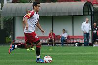 SÃO PAULO, SP, 24 DE SETEMBRO DE 2013 - TREINO SAO PAULO - O jogador do São Paulo, Jadson, durante treino no CT da Barra Funda, região oeste da capital, na tarde desta terça feira, 24. FOTO: ALEXANDRE MOREIRA / BRAZIL PHOTO PRESS