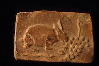 Europe/France/Auvergne/12/Aveyron/Millau: Le musée - Poterie Gallo-romaines de la Graufesenque - Lapin mangeant du raisin