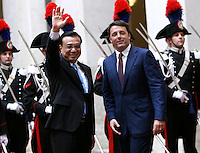 Il Presidente del Consiglio Matteo Renzi, destra, ed il Primo Ministro cinese Li Keqiang si stringono la mano nel cortile di Palazzo Chigi, Roma, 14 ottobre 2014.<br /> Italian Premier Matteo Renzi, right and Chinese Prime minister Li Keqiang shake hands in the courtyard of Chigi Palace, Rome, 14 October 2014.<br /> UPDATE IMAGES PRESS/Isabella Bonotto